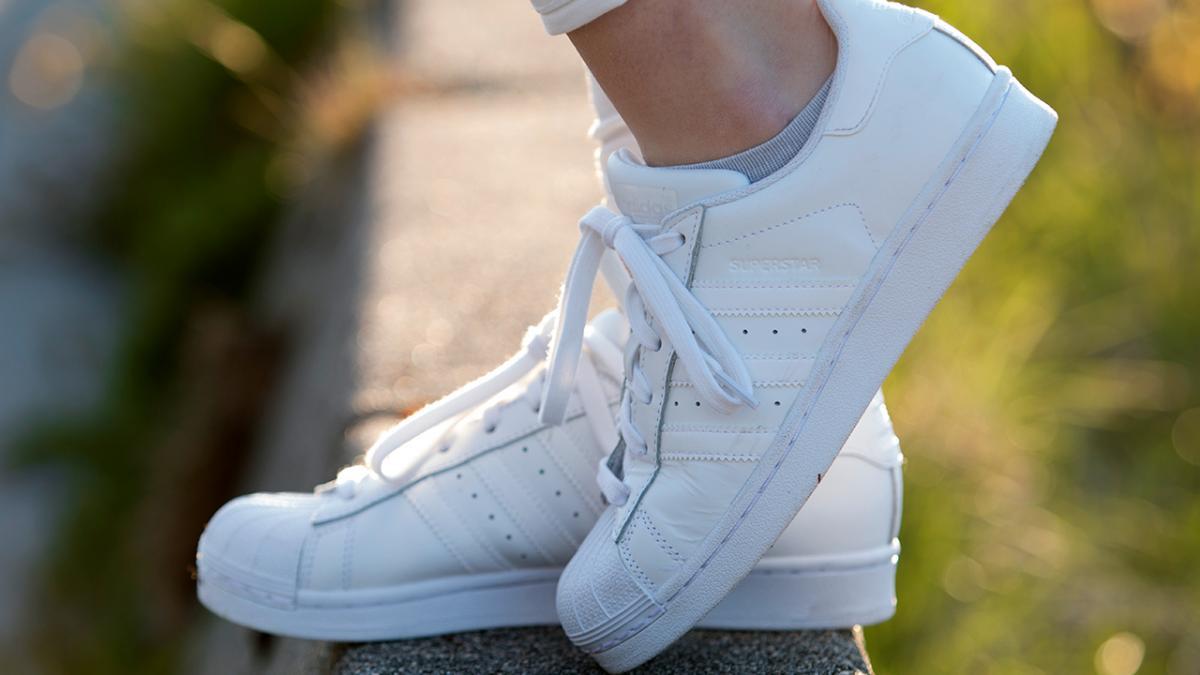Sådan rengør du hvide sneakers | Samvirke