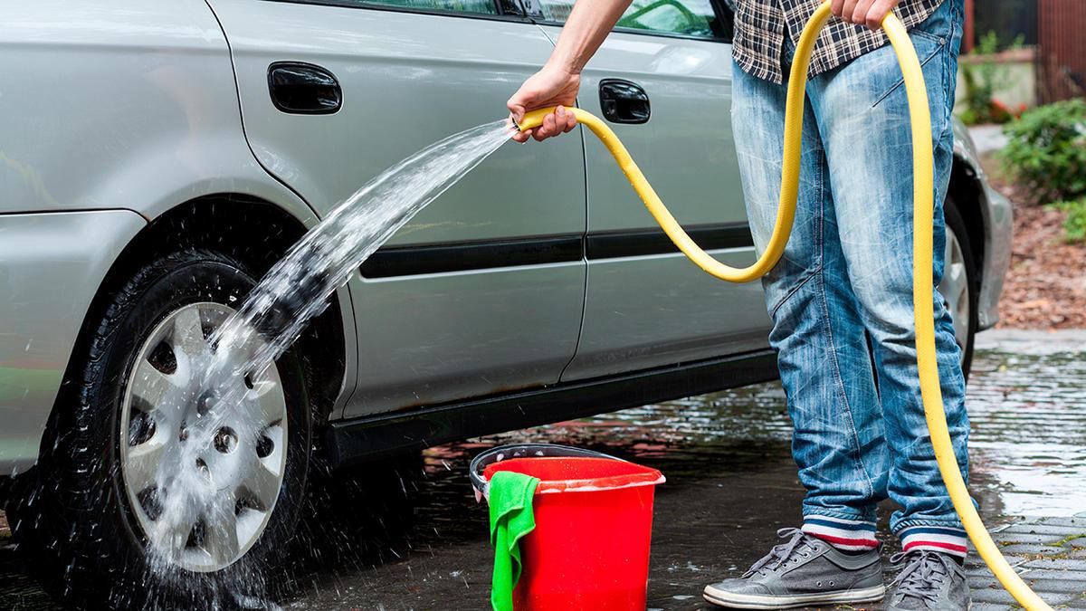 Må du lovligt vaske bil i indkørslen eller...