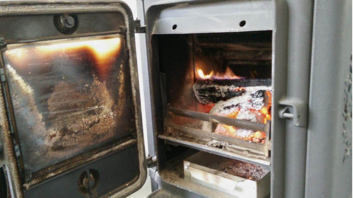 Hvordan undgår du, at glaslågen på brændeovnen sodes til?   Samvirke