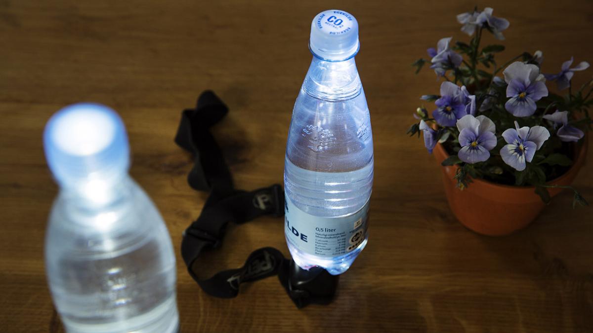 Lav en lampe af en vandflaske og en lommelygte - Lifehack #39 ...