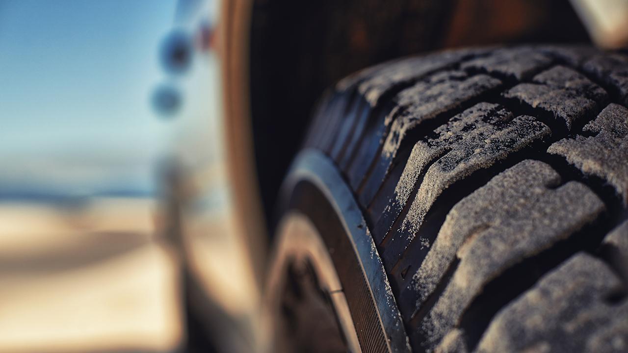 må man køre med forskellige dæk