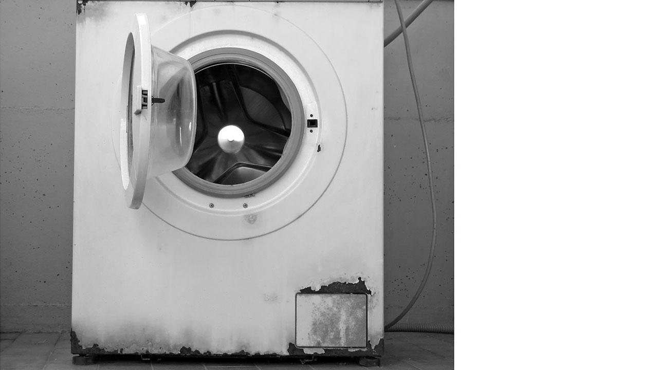 vaskemaskine lugter brun sæbe